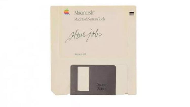 Steve Jobs'ın imzaladığı disketin fiyatı dudak uçuklatıyor