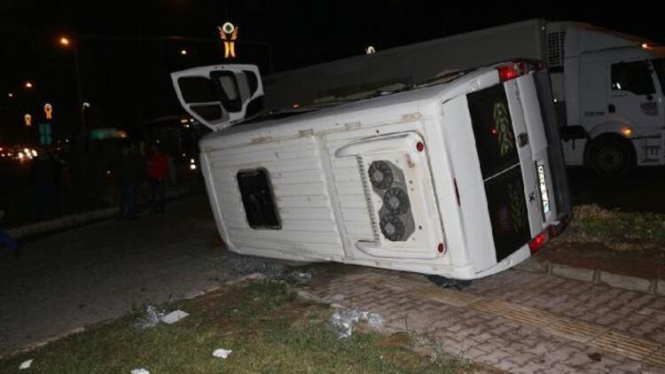 Mardin'de polis aracı ile minibüs çarpıştı: 2'si polis 7 yaralı