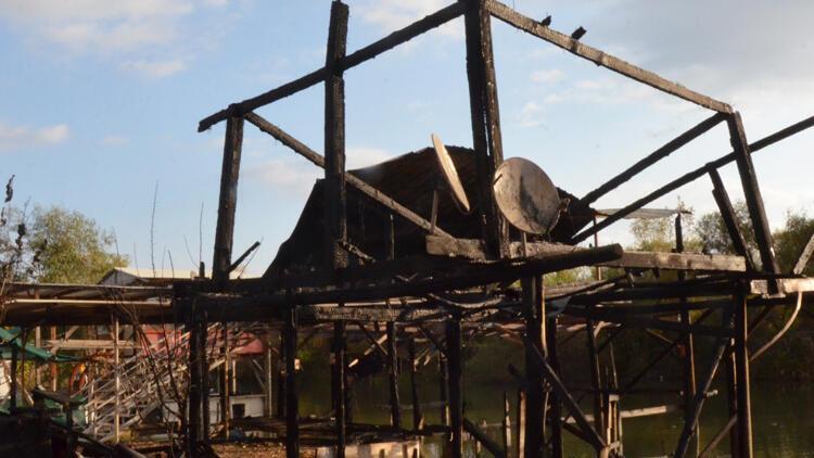 Balıkçı barınağında yangın çıktı, 2 çardak ve 3 tekne yandı
