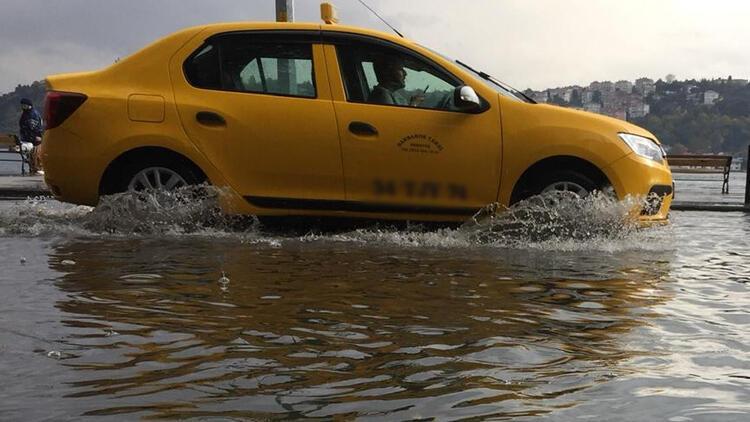 Sarıyer'de yolları su bastı