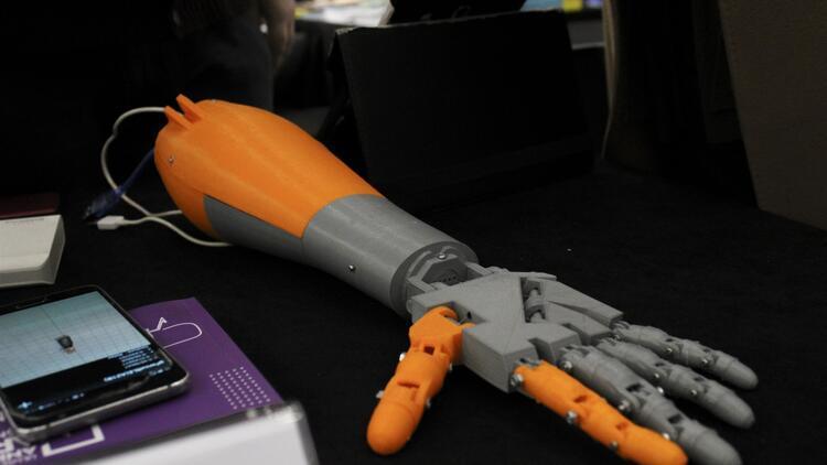 Engelliler için yapay zeka destekli protez kol yaptı