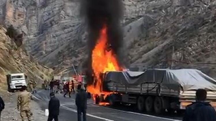 Çukurca'da yanan TIR'a, askeri birliğe ait itfaiye aracı müdahale etti