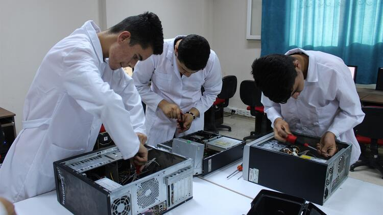 Meslek lisesi öğrencileri köylerdeki bilgisayarları onarıyor