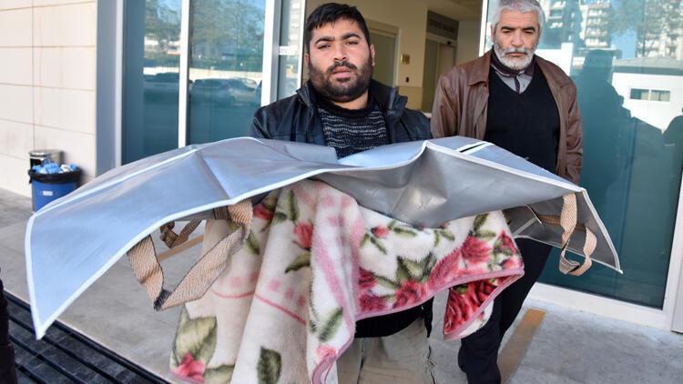 Minik kızının cenazesini battaniyeye sarıp, götürdü!