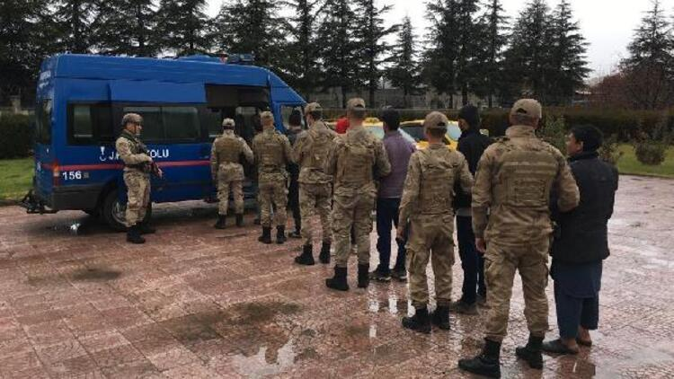 Elazığ'da 8 kaçak göçmen yakalandı