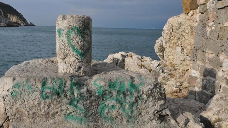 Tarihi kalenin duvarlarına sprey boyalı saygısızlık