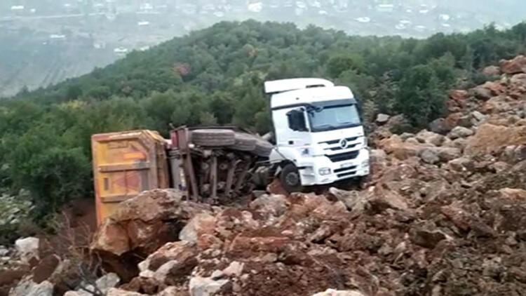 Hafriyat yüklü kamyon kayalıklara uçtu
