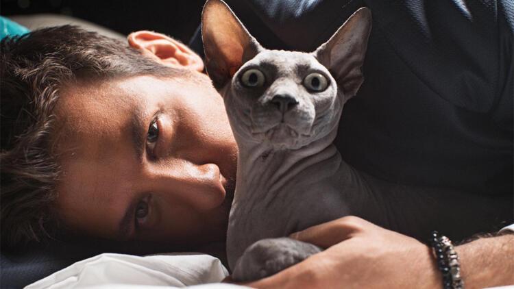 Birand Tunca ve kedisi Mars'ın pozları olay oldu