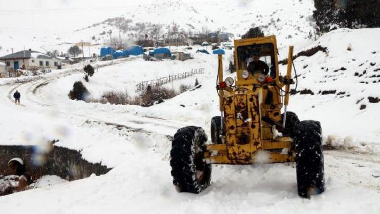 Erzincan'da karla mücadele çalışmaları: 15 köy yolu hala kapalı