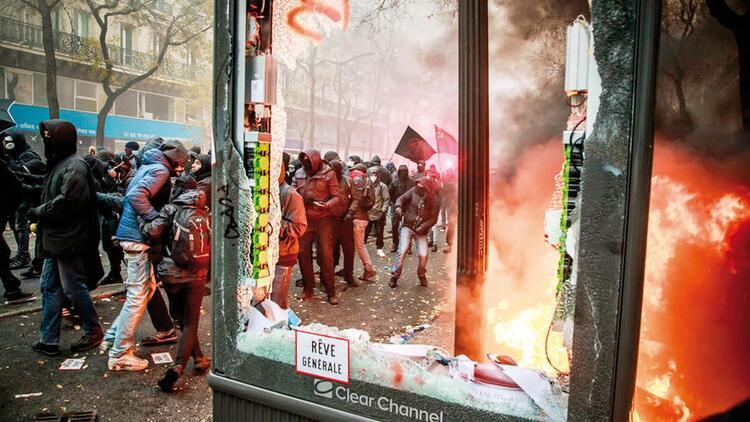 Fransa'da grev salıya uzatıldı