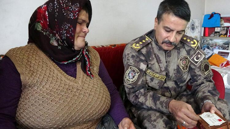 Şehitlerin kabrinden alınan topraklar Eren Bülbül'ün annesine teslim edildi