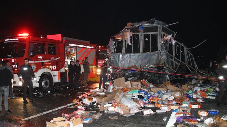 Düzce'de otobüs, TIR'a çarptı: 2 ölü, 35 yaralı