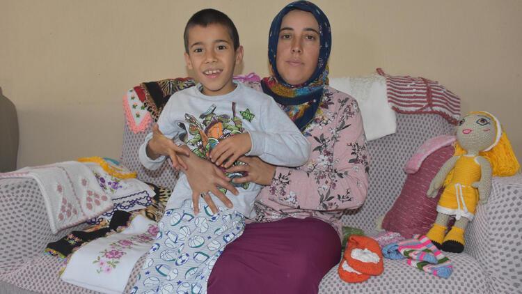 Oğlunun tedavisi için ördüğü ürünleri satan anneden yardım talebi