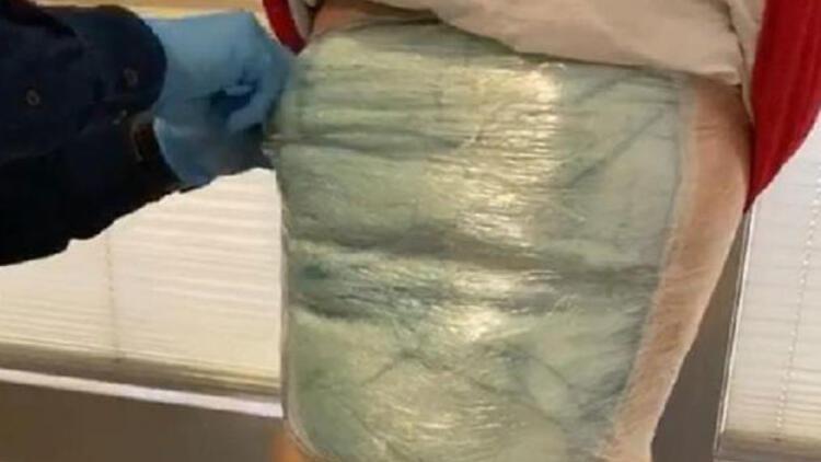 Havalimanında vücuduna sardığı uyuşturucu ile yakalandı
