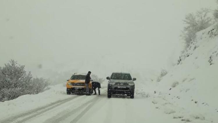 Bingölde kar yağışı nedeniyle araçlar mahsur kaldı
