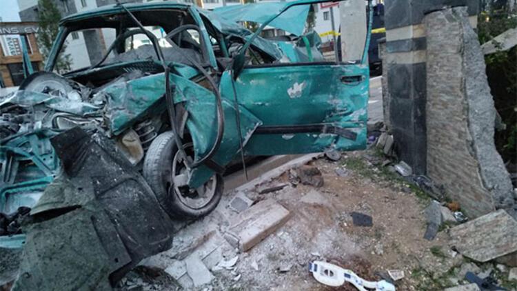Ortaokul öğrencisi otomobille makas atarken duvara çarptı: 2 ölü