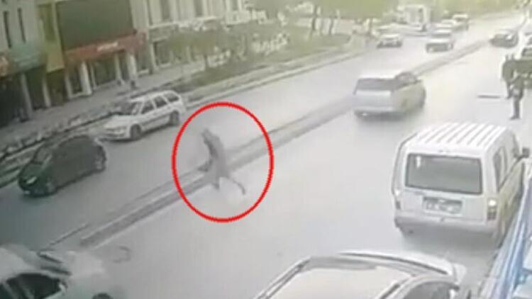 Kapkaççıların araçtaki çantayı alıp kaçtığı anlar kamerada