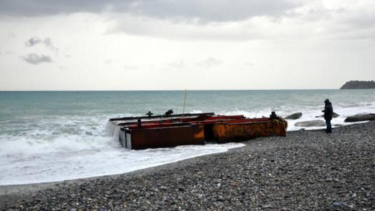 Dev dalgalar yüzünden tonlarca ağırlıktaki platform sahile vurdu