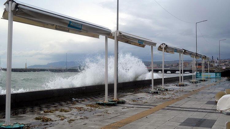 Fırtına, Tekirdağ'da çatı uçurdu, deniz ulaşımını aksattı...
