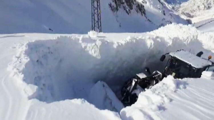 Kar kalınlığı iş makinesinin boyunu aştı!