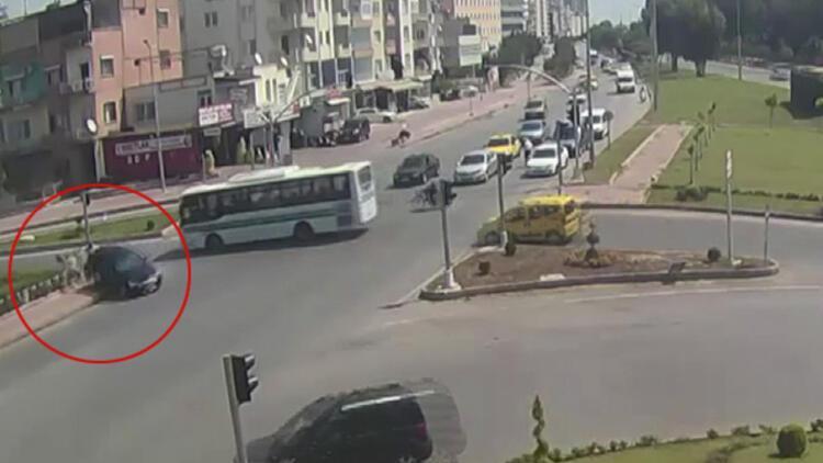 Kırmızı ışıkta geçti, kaldırımda yürüyen kadına çarptı