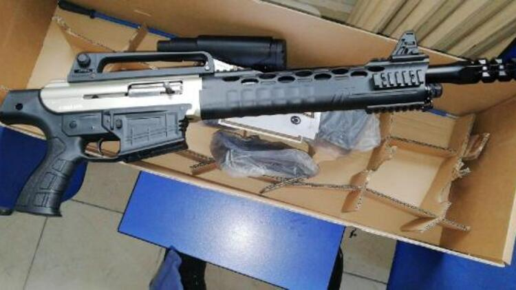 Kargo kutusundan ruhsatsız av tüfeği çıktı: 2 gözaltı