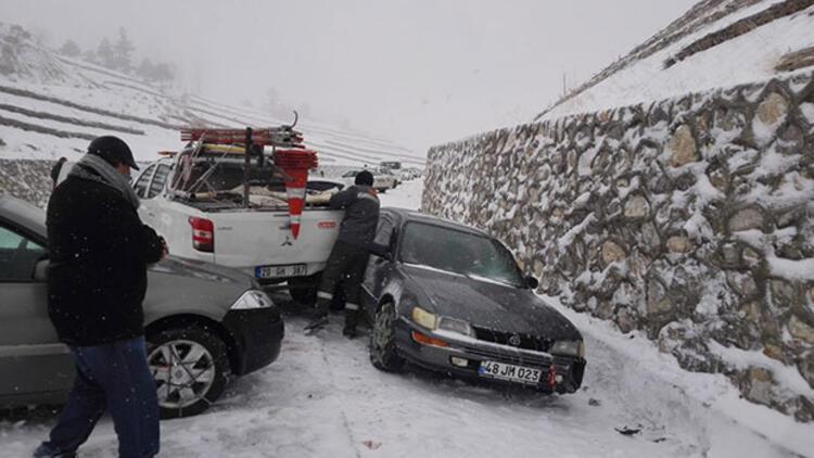 Buz pistine dönen yolda 20'ye yakın araç birbirine girdi
