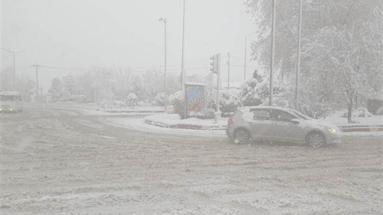 Afyonkarahisar'ın bir ilçesinde eğitime kar engeli