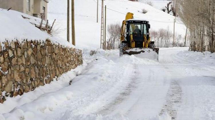 Van ve Bitlis'te 277 yerleşim biriminin yolu açıldı,kar ve tipi nedeniyle kapanan 168 yolun açılması için çalışmalar devam ediyor