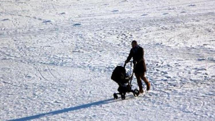 Gölcük'te buz tutan göl üzerinde tehlikeli yürüyüş