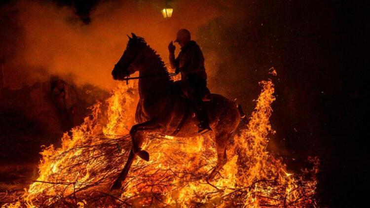 İspanya'da atlar, kötülüklerden arındırılmak için ateş üzerinde yürütüldü