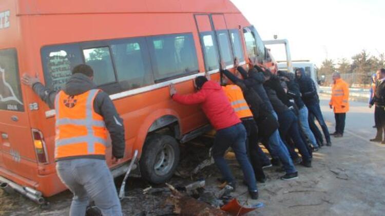 Yolcu minibüsü direğe ve ağaçlara çarptı: 11 yaralı