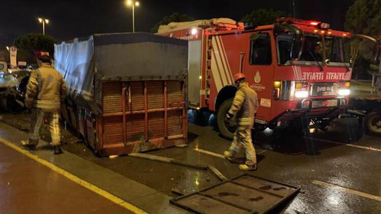 Otomobil kamyonla çarpıştı: 5 yaralı