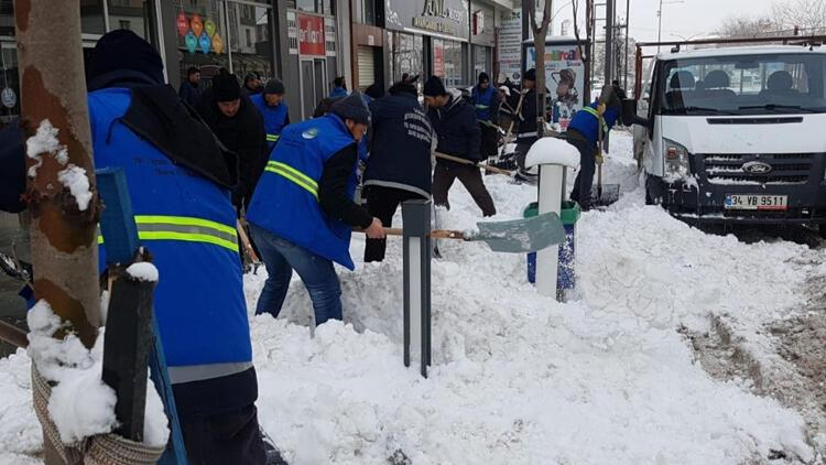 Van'da kardan kapanan yollar açılıyor
