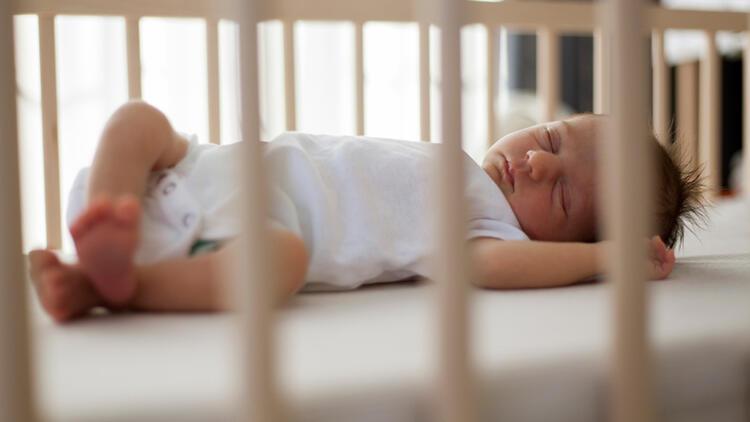 Bebekleri sallayarak uyutmak doğru değil!