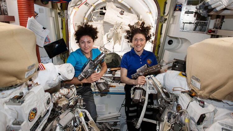 NASA'nın kadın astronotları istasyonun batarya değiştirme işinde sona yaklaştı