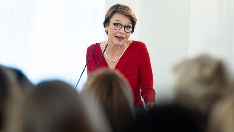 Almanya'nın First Lady'si para kazanıyor mu?