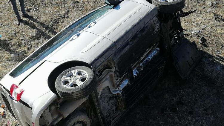 Bingöl'de hafif ticari araç şarampole devrildi: 4 yaralı