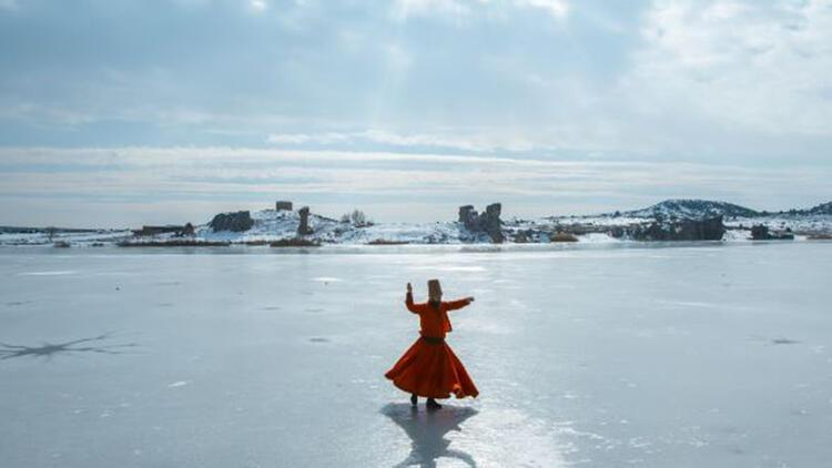 Buz tutan Emre Gölü'nde sema gösterisi