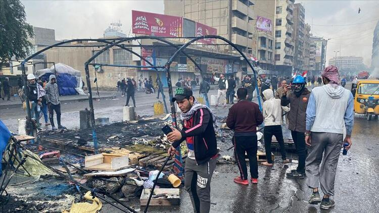 """Irak güvenlik güçleri, göstericilerin kalesi """"Tahrir""""deki eylem çadırlarını yaktı"""