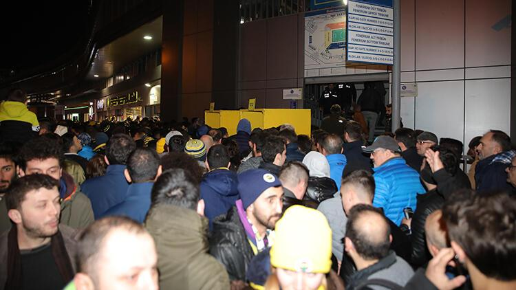 Fenerbahçe-Başakşehir maçında turnike krizi! Taraftarlar giremedi