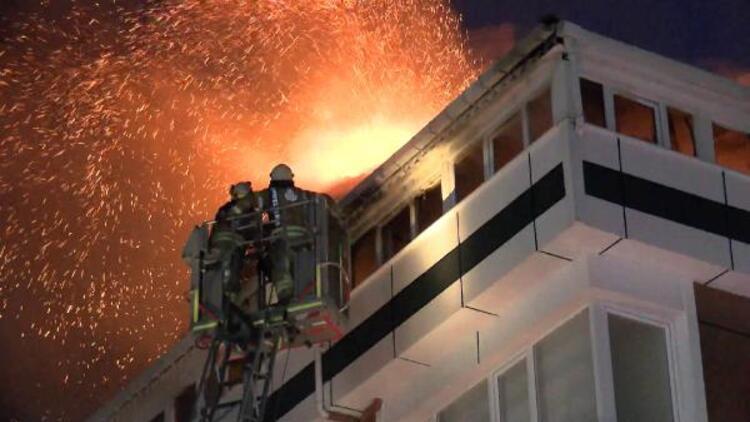 Gaziosmanpaşa'da 4 katlı bir binanın çatı katı alev alev yandı