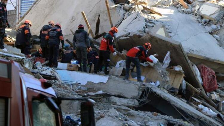 Elazığ'da Mustafa Paşa Mahallesi'ndeki enkazda bir kadın aranıyor
