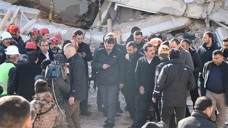 Yan yatan bina Bakan Kurum yanından geçtiği sırada sallandı