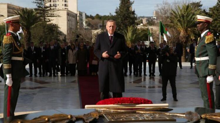 Cumhurbaşkanı Erdoğan, Şehitler Abidesi'ne çelenk bıraktı