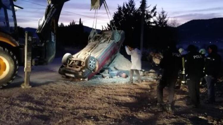 Kum yığınına çarpan otomobil takla attı: 1 ölü, 1 yaralı