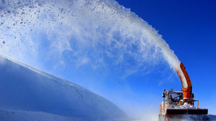 Kar ve tipi yolları kapattı, hayat durma noktasına geldi