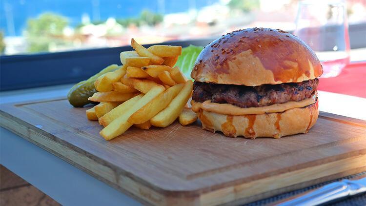 Hamburgerin tadı Boğaz'da bir başka olur