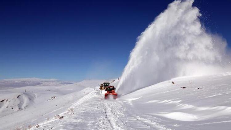 Van'da, 250 iş makinesi ve 1000 görevli ile kardan kapanan yollar açıldı