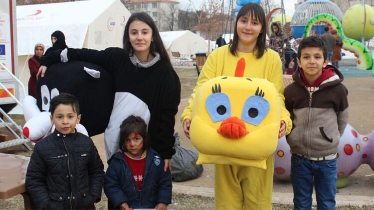 2 kardeş gönüllü olarak depremzede çocukların yüzünü güldürüyor